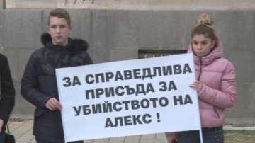 Близки и съученици на убития преди година Алекс протестираха пред съда в Русе