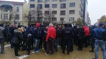 Протестиращи се събраха пред НС, искат оставката на Валери Симеонов