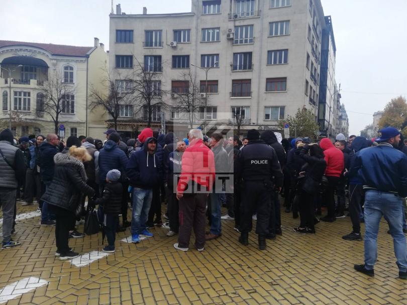 Протестиращи се събраха пред НС срещу избора на Валери Симеонов