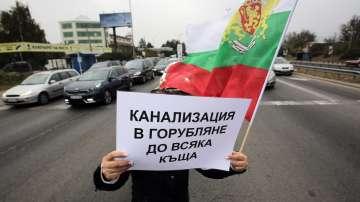 Жителите на няколко столични квартала блокираха днес основни пътища