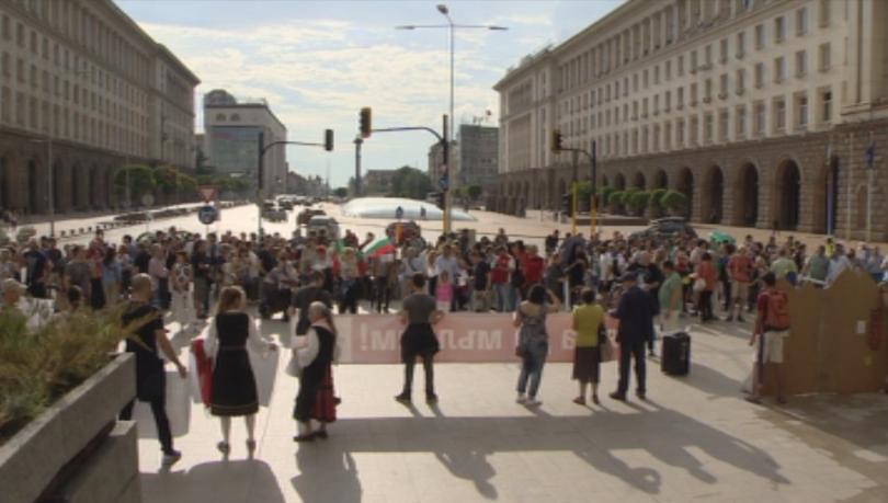 Природозащитници излязоха на протест тази вечер в центъра на София.