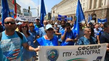 Служители на МВР излязоха на протест на професионалния си празник