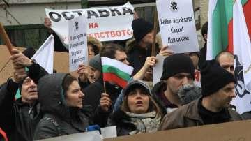 Протестиращи щурмуваха сградата на МРРБ, полицията използва лютив спрей