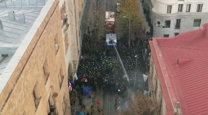 Спец части освободиха входовете на грузинския парламент. Органите на реда