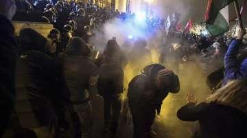 Бурни протести срещу Орбан, полицията използва сълзотворен газ