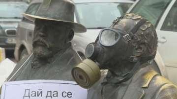 Паметници с противогази и послания към институциите