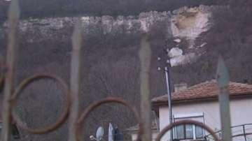 Скала се срути в Провадия, евакуираха хората от 14 къщи