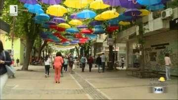 Цветна арт инсталация от чадъри в центъра на Благоевград