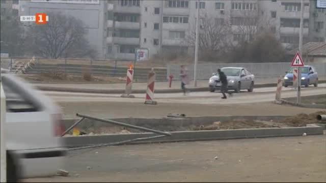 Пешеходци пресичат натоварен булевард във Варна с риск за живота си