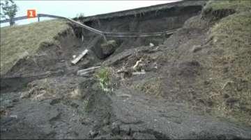 Продължава укрепването на свлачището край Сарафово