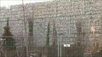 Граждани на Мюнхен строят 4-метрова стена срещу бежанци