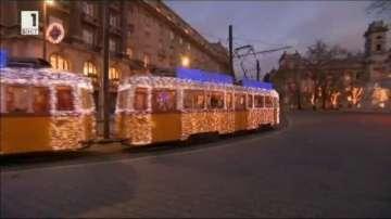 Коледен трамвай се движи по улиците на Будапеща