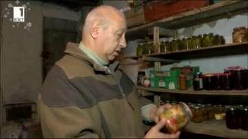 800 буркана различна и качествена зимнина в мазето на мъж от Велико Търново