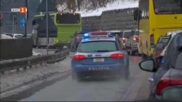 Снегът блокира стотица хора на магистрала в Италия