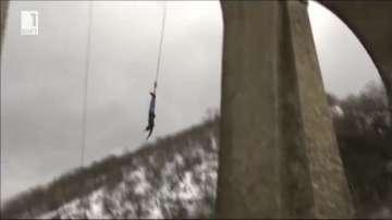 Скокове с бънджи от моста в село Буново с националното знаме