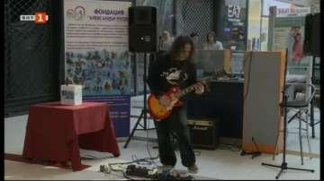 Русенец свири 10 часа на китара с благотворителна цел