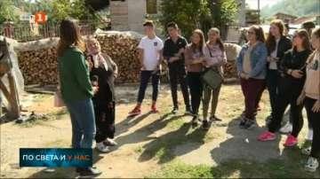 Ученици помагат на възрастни хора в инициативата Помогни на човек в нужда