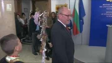 Ромски деца сурвакаха министри, не пропуснаха и БНТ