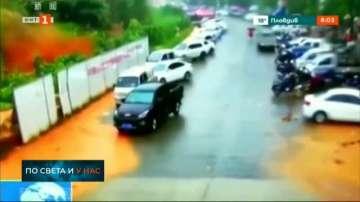61 души загинаха, а близо 360 000 са евакуирани заради наводненията в Китай