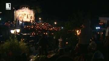 Хиляди вярващи прекараха нощта на Кръстова гора