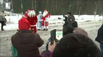 Дядо Коледа и Дядо Мраз се срещнаха на границата между Русия и Финландия