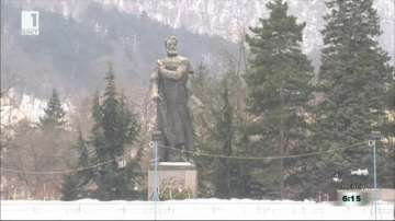 Руши се паметникът на Христо Ботев във Враца