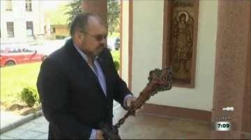 Служител на МВР изработва църковни дърворезби