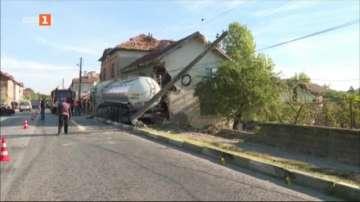 Цистерна се вряза в къща в Борован, двама души са пострадали