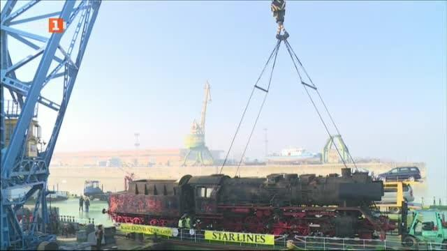 Успешно приключи операцията по разтоварването на 100-тонния локомотив от Втората