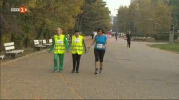 Незрящи пробягаха 5 км с помощта на водачи