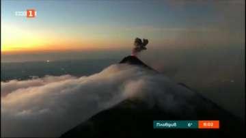 Вулканът Фуего бълва пепел и лава