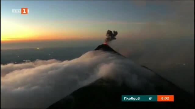 Видео, качено в социалните мрежи, показва вулкана Фуего в Гватемала.