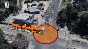 Микробус връхлетя на спирка на градския транспорт в София