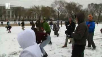 Бой със снежни топки в разгара на снежна буря в САЩ