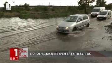 Дърво падна върху кола, пълна с хора след буря в Бургас