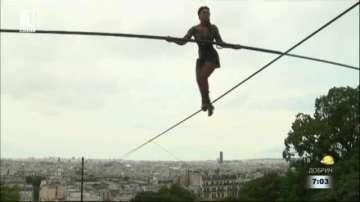 Атракция в Париж: 33-годишна акробатка премина по въже на 35 м от земята