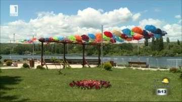 Артинсталация от цветни чадъри покри крайезерната алея в Белослав