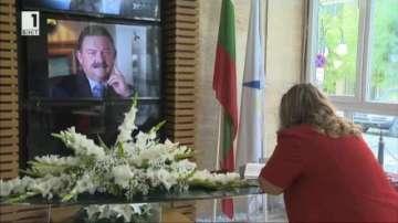 Продължават да идват хора да изказват съболезнования за Димитър Цонев
