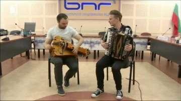 Необичаен музикален дует гостува в България