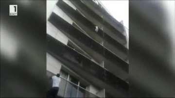 Герой в Париж: Имигрант от Мали спаси дете, което висеше от балкон