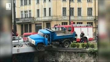 Камион надвисна над тунела на Лъвов мост в София