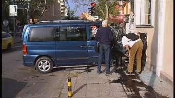 Бус се вряза в къща в Пловдив