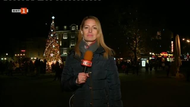 Празничните светлинки на елхата в Пловдив бяха запалени тази вечер.
