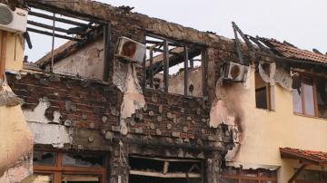 Пожар унищожи хотел на метри от болницата в Първомай