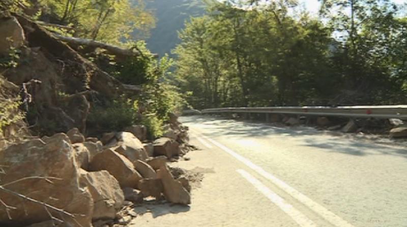 Започна укрепването на срутището на пътя за Рилския манастир. Очаква