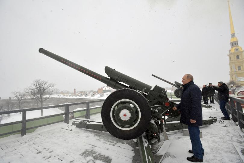 снимка 1 Путин посети Петропавловската крепост в Санкт Петербург и стреля с топ