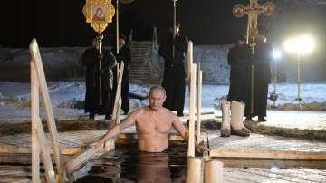 Путин влезе в ледените води за Богоявление (СНИМКИ)