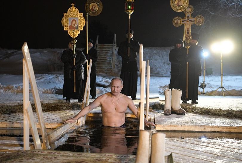 Множество руснаци, включително президентът Владимир Путин, се окъпаха тази нощ