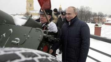 Путин посети Петропавловската крепост в Санкт Петербург и стреля с топ