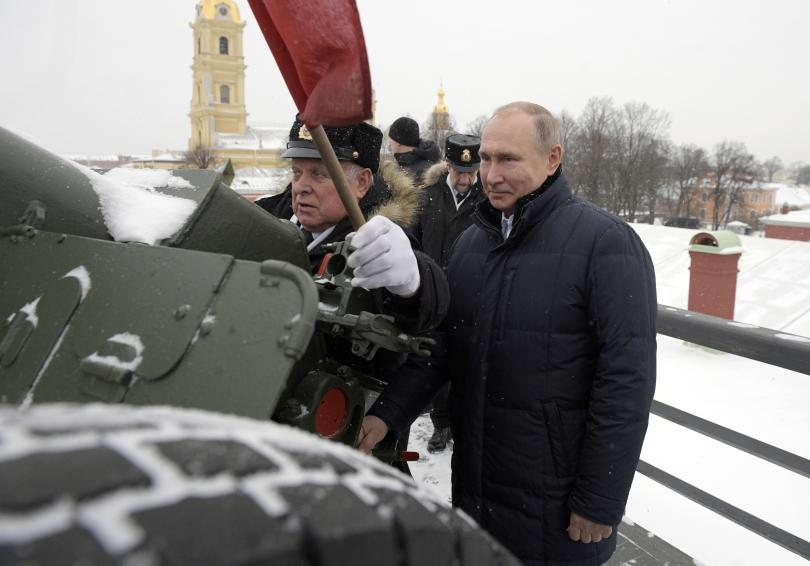 путин посети петропавловската крепост санкт петербург стреля топ